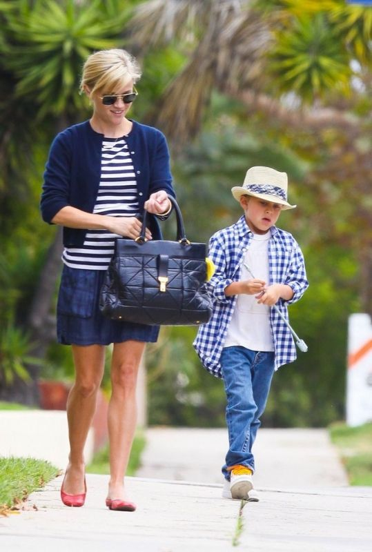 Reese Witherspoon wearing Mosley Tribes Aviatrix Aviator Sunglasses, Marc Jacobs Klein Quilted Frame Bag and Heartloom Cassie Skirt.