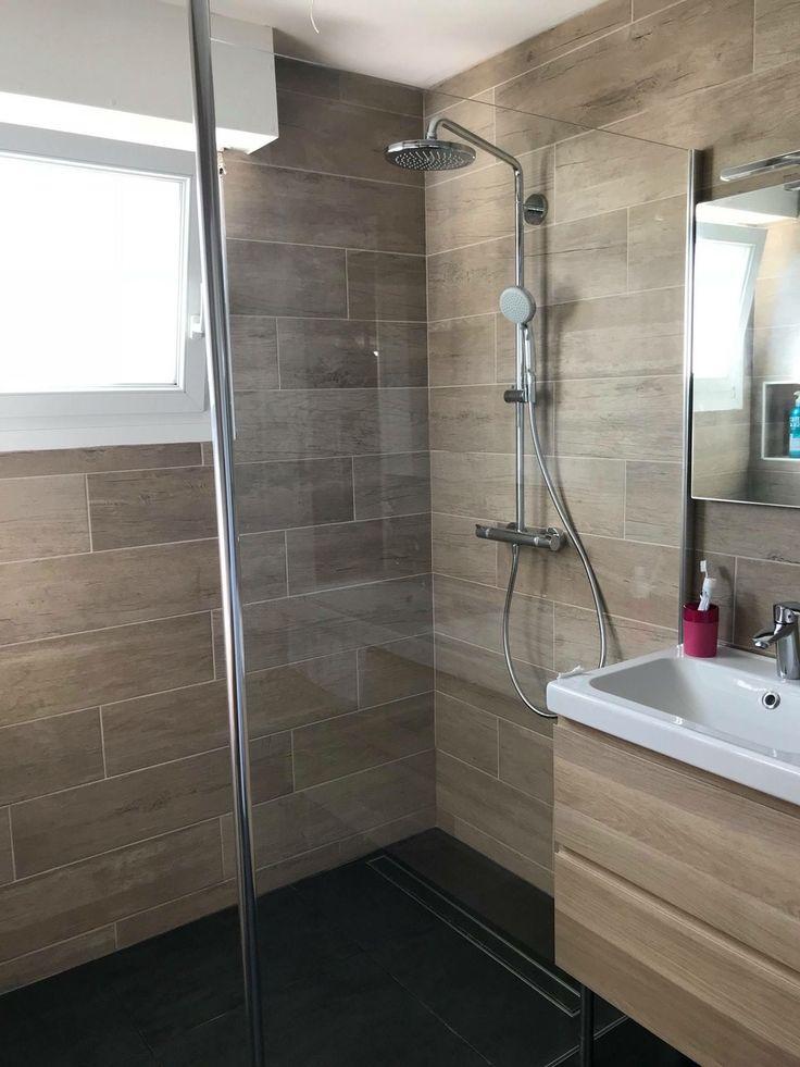 Salle de bain complète naturelle avec faïence imitation bois et douche à l'it…