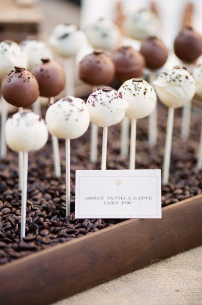 Você pode decorar seu cake pop de acordo com o sabor. Na foto, cakepops de latte de baunilha com mel.