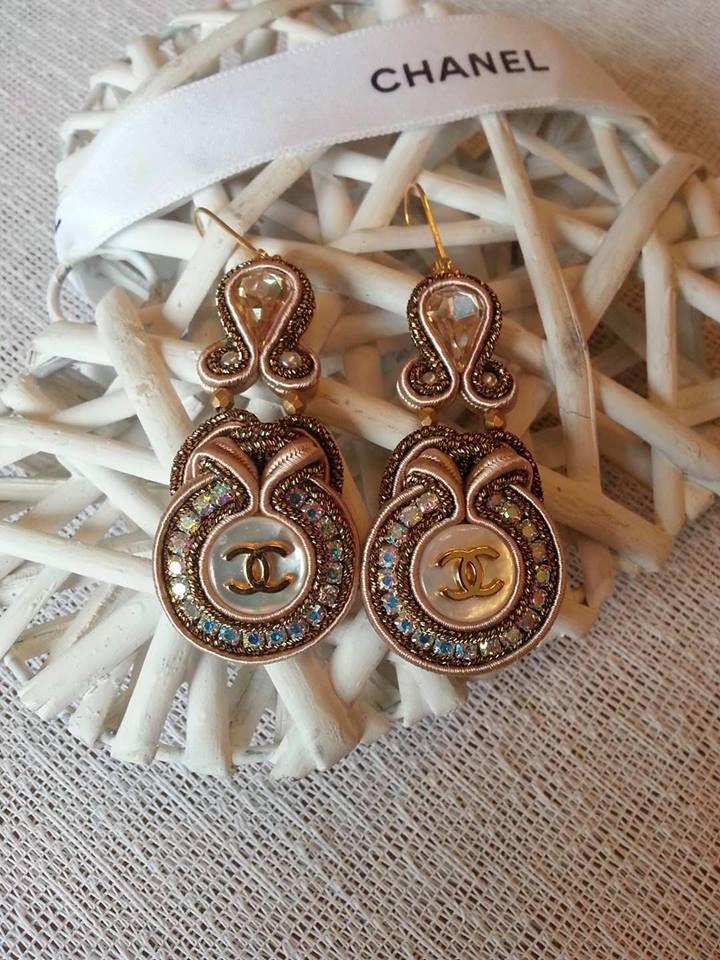 Soutache Ohrringe mit Authentische Perlmutt Knopf von Chanel.Jeder Taste auf der Rückseite Chanel  unterzeichnet von BeadStArt auf Etsy