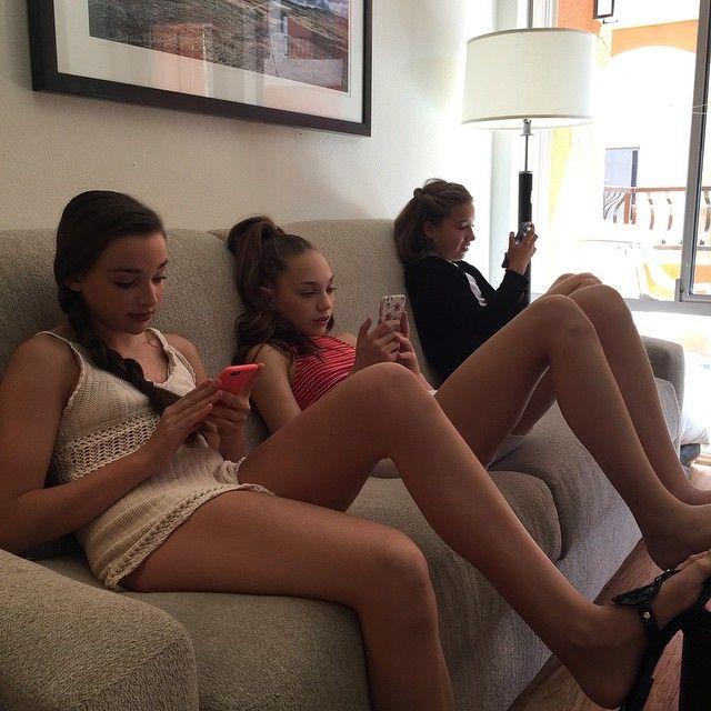 Adolescent lesbiennes seins lécher