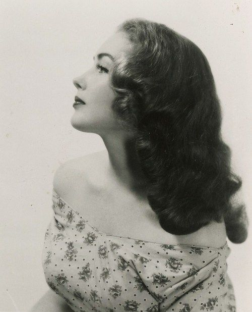 Gorgeous 1940s hairstyle!