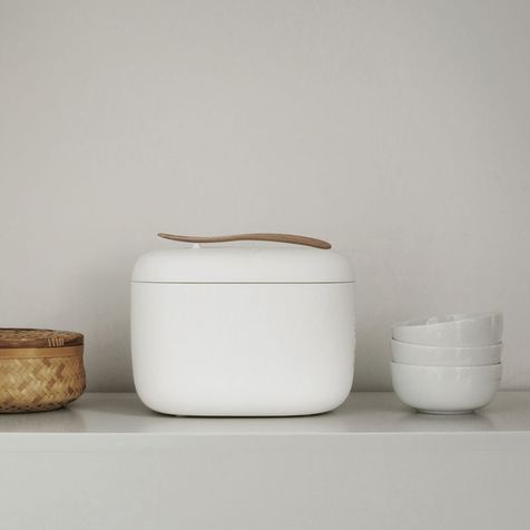 Промышленный дизайнер Наото Фукасава специально для японского бренда Muji создал серию бытовой техники в духе минимализма. В коллекцию вошли электрический чайник, тостер и рисоварка.