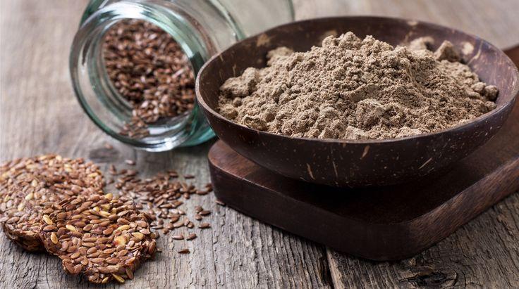 La farina di semi di lino ha ottime proprietà nutritive e si può utilizzare per impiastri benefici, ma anche per golose ricette dolci e salate