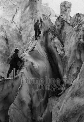 Gebirgstouren, Zwei Eiskletterer in der Schweiz, um 1910 ullstein bild - ullstein bild/Timeline Images #Schweiz #Eisklettern #Climbing #Klettern #Berge #Bergsteigen