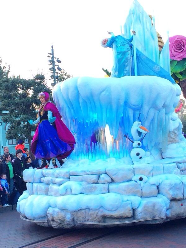 Anna elsa olaf on the frozen parade float at disneyland for Princess float ideas