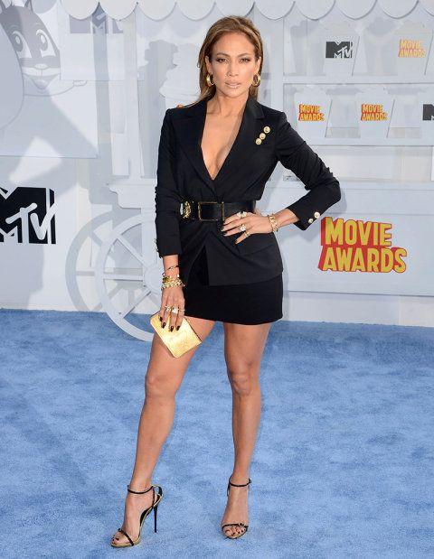 Tη νέα εποχή του ανανεωμένου οίκου Versus ανέδειξε η Τζένιφερ Λόπεζ στα MTV Movie Awards, όπως πάντα με εκπληκτικό μακιγιάζ και καλογυμνασμένα πόδια. Τα eighties ξανάρχονται λοιπόν από φθινόπωρο, σύμφωνα με τη λατίνα σούπερ σταρ που σύντομα θα κλείσει τα 46 της χρόνια