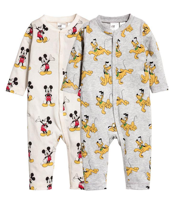 Naturvit/Musse Pigg. Pyjamasar i mjuk bomullstrikå med tryck. Tryckknappar fram och utmed ena benet.
