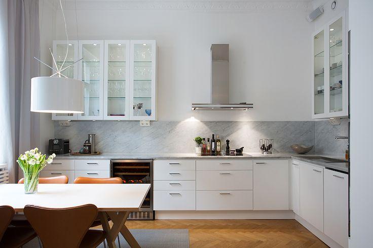 kök med bänkskiva i marmor