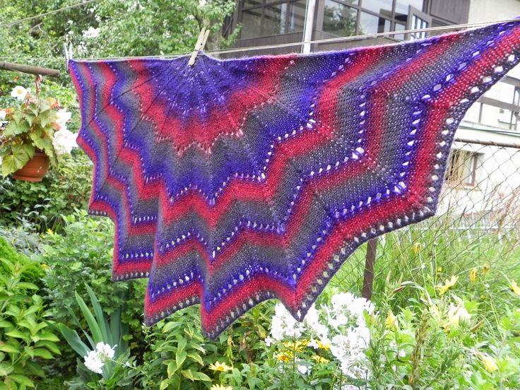 Vlněný šátek - vlňák z Lotyšské vlny 100% Pletený šátek vlňák, z Lotyšské umělecké příze s dlouhými barevnými přechody, 100% vlna, zpracovaná tradiční metodou a ručně barvená, teploučký a hřejivý, celková hmotnost 200g šířka 54cm, váčka ve špici 23cm Prát v ruce v prostředku na vlnu, nestřídat teploty! Vymnout v ručníku, neždímat, nechat uschnout ve ...