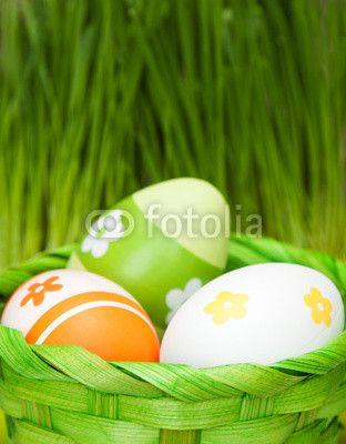 Osterkörbchen im Gras