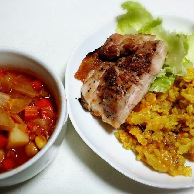 炊き込みカレーピラフ 鶏もも肉のグリル焼き ミネストローネ  ピラフは水分が多すぎたかな。 ちょっと柔らかかったけど、おいしかった! もも肉は黒こしょうをかけて、シンプルにグリルで。 - 16件のもぐもぐ - 3/20夕食 by toshirinsur21