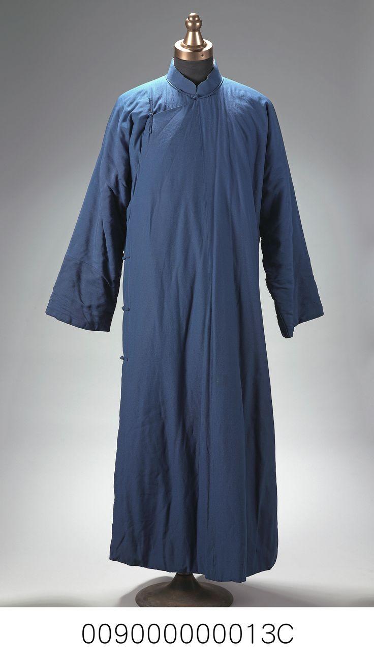 藍色絲質長袍。藍色立領,右衽,有六枚中國結鈕,長袖鋪棉長袍。 Catalog Digitalarchives Tw