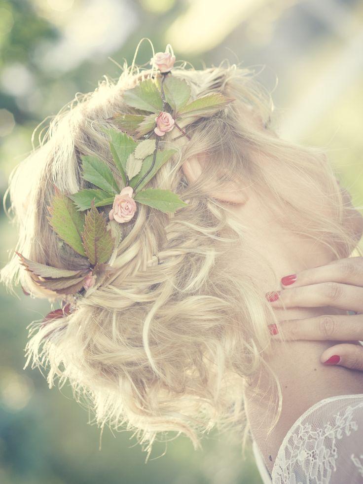 #coiffure #bohème #couronnefleurs #naturel #chignonmariage #brideshair #mariage #hair #flowers #amelie-gouttenoire.com