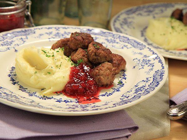 Köttbullar med potatismos och lingon   Recept.nu