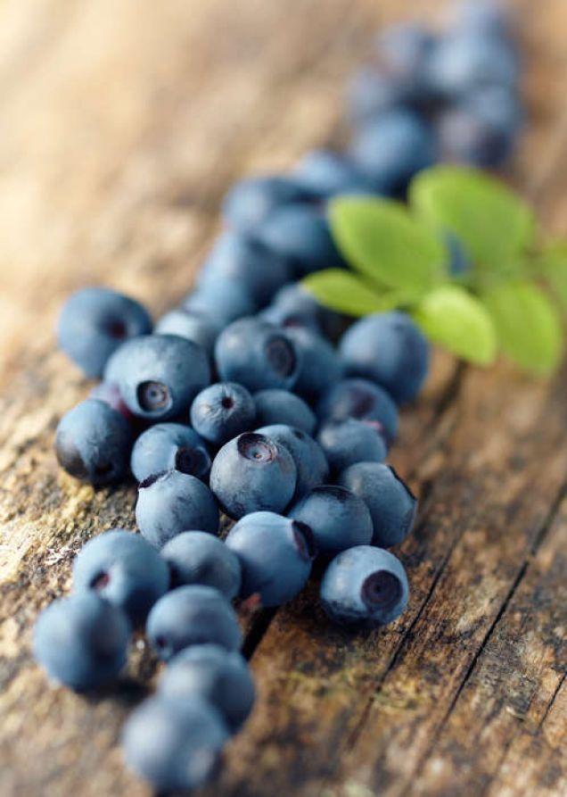 Råsaft på blåbär är en underbar sommar- saft som garanterat ger blåa läppar när den dricks!