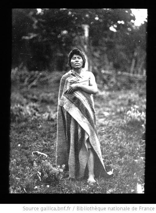 Terre de Feu-Patagonie. 1890, Alacalufe de l'île Dawson (à l'O. de Terre de Feu) au Chili / [mission] Rousson et Willems ;