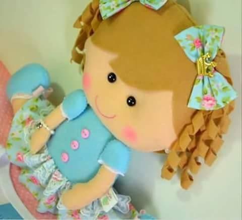 Linda muñeca de coletas con tirabuzones en fieltro con moldes.