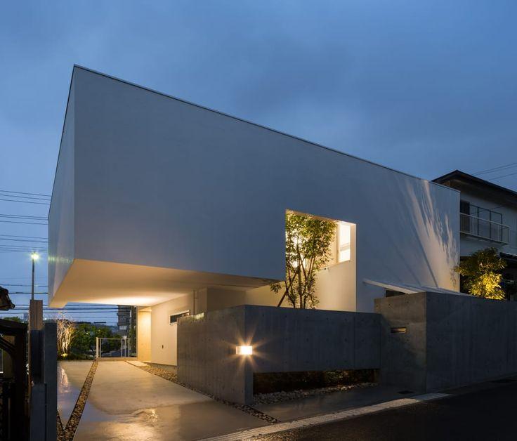 新築住宅の外観アイディア10選 箱型なナウトレンドデザイン: The House Supplies A Monotonous Street With A Passing View: Kenji Yanagawa Architect