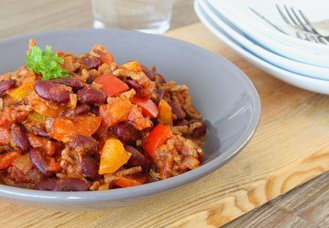 Chili con carne betekent simpelwegchili met vlees. Één ding is dus zeker: in dit gerecht moet in ieder geval chilipeper en vlees. Verder heb ik er (zoals gebruikelijk) ook kidneybonen en tomatenblokjes aan toegevoegd. En paprika in twee kleuren. Eigenlijk kun je in dit gerecht alles 'mikken' wat je maar lekker vindt. Denk bijvoorbeeld aan …