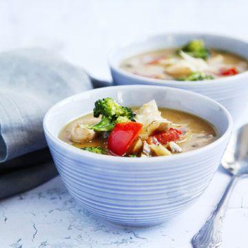 Ett fantastiskt gott, nyttigt och värmande recept på Tom kha med tofu. Receptet på denna vegosoppa och mer inspiration finner du såklart här på Tasteline.