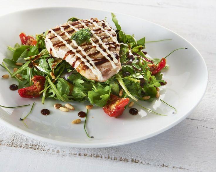 Gegrilde tonijn op salade met Glaze Wasabi-soya en Limoen-koriandermayonaise van Herman den Blijker. Recept: http://youtu.be/56Gropj54WM