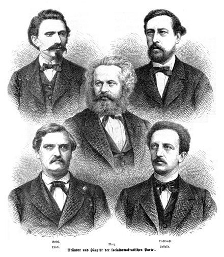 (arriba) August Bebel, y  Wilhelm Liebknecht;  (en medio) Karl Marx; (abajo) Carl Wilhelm Tölcke y Ferdinand Lassalle.