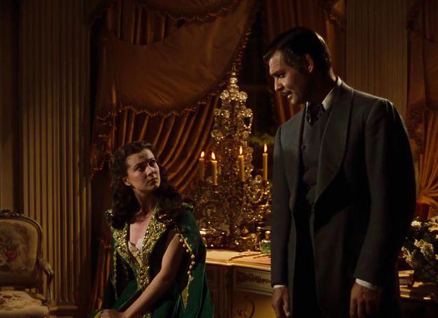 ELFÚJTA A SZÉL  2. RÉSZ Az amerikai polgárháború idején játszódó történet főhőse egy georgiai ültetvényes gyönyörű lánya, Scarlett O'Hara (Vivien Leigh). A tüzes és makacs teremtés hiába szerelmes a szomszéd birtokos legidősebb fiába, Ashley-be (Leslie Howard), a fiatalember mégsem őt, hanem unokatestvérét választja. Házasság és pusztulás, születés és halál kíséri végig Scarlett életét, melyben egy különös férfi, Rhett Butler (Clark Gable) válik főszereplővé.