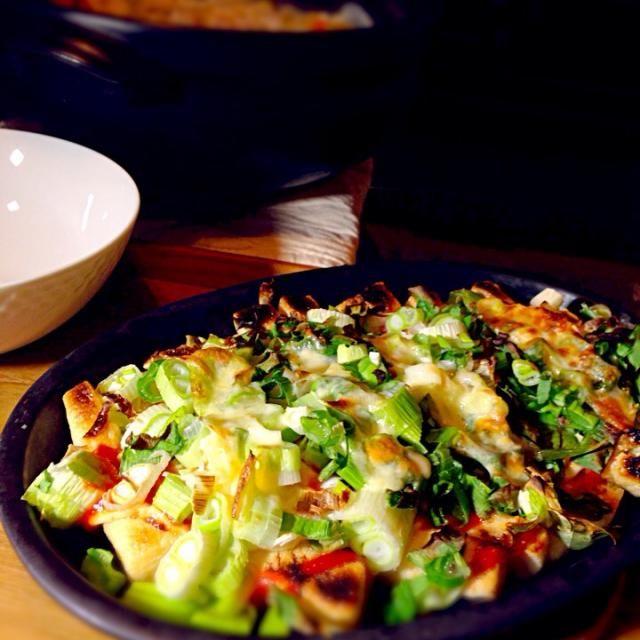 油揚げを細く短冊状に切ってあまり重ならないよう並べ(この場合3枚使用)ケチャップ、マヨたっぷり + ネギorピーマンor小松菜炒めetc…野菜 + とろけるチーズ二枚 ↓ グリルで焼く! ↓ 皿ごと食卓へ  鉄製の皿を使用してますがアルミホイルでもきっと大丈夫。 前は油揚げを切らずにピザってましたが、この方法にしてから野菜を乗せる時のストレスが激減 油揚げをひっくり返したりもしないので、時間も短縮  ネギでもピーマンでもたっぷり⤴︎乗せます^ - ^ 週2で登場?の我が家の副菜(*´艸`*) - 155件のもぐもぐ - 我が家の定番おかず…困った時のきつねピザ by mihokof119