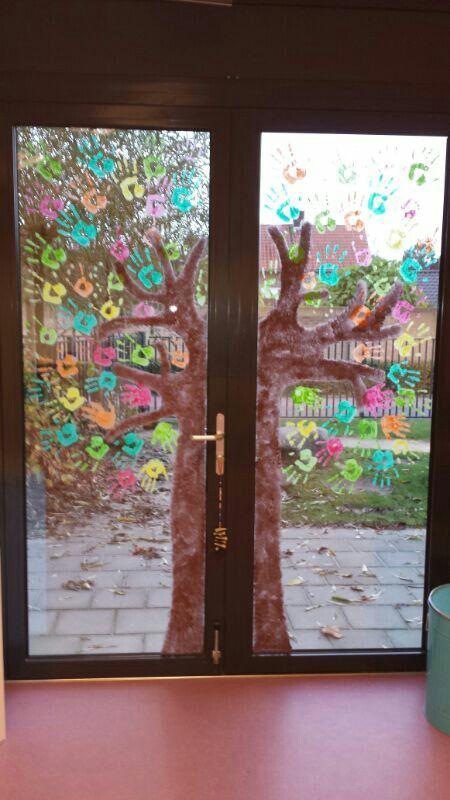 Leuke herfst schildering op het raam op het werk!