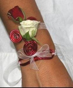 Bracelet de roses, mariage, blanc et rouge, fleurs naturelles, Le jardin d'Andrée-Anne, www.lejardin.ca