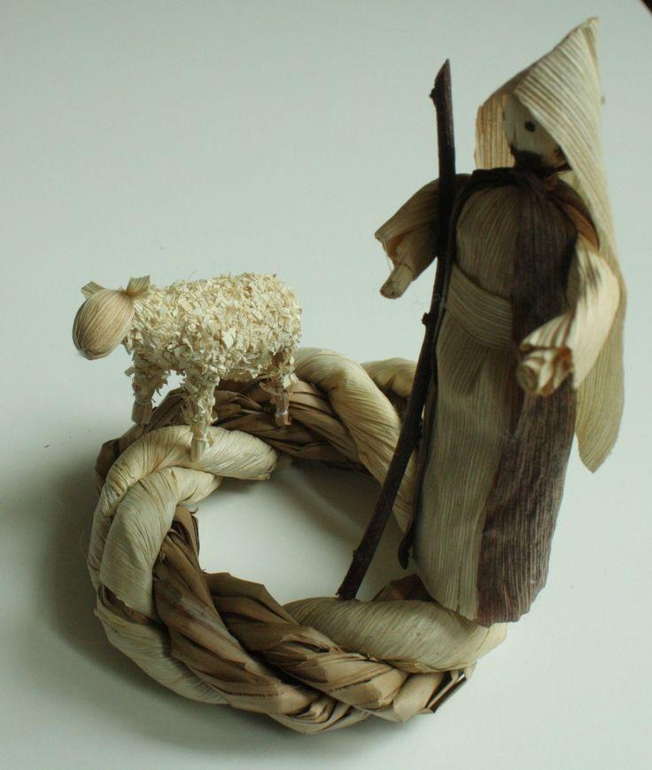 """""""Pásli ovce..."""" - betlém - věnec na položení Interiérová dekorace v přírodních barvách na položení. Věnec je z kukuřičného šustí a rákosových listů. Na věnečku je pastýř a ovečka Výška stojící figurky je 13 - 14 cm. Průměr samotného věnce 13 cm. S dekorací je trošku větší."""