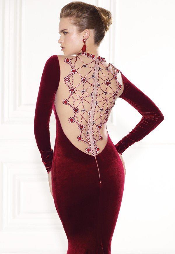 bordo kadife sırt dekolteli ve işlemeli harika abiye elbise arkadan görünüm