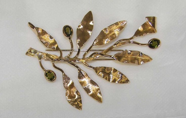 Ramo olivo, spilla in oro inciso, con smeraldi http://www.francoblumer.it/production/?lang=en
