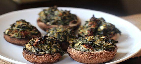 Een lekker koolhydraatarm voor- of bijgerecht, champignons met spinazievulling. Dit is een heerlijk recept wat je kan serveren als bijgerecht of als borrelhapje.