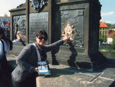 Già all'arrivo, Praga ti dà l'impressione di una bella signora nobile e leggermente sfiorita che si aggira nei numerosi salotti della sua casa tra vecchi mobili e suppellettili delicate e un po' impolverate. Questi sono le sue piazze, le sue vie, i suoi palazzi e le sue chiese: tutti con un'anima autentica da scoprire. Tutto il centro della città è permeato da una atmosfera che incanta. Praga non si ha bisogno di cercarla, è lei che ti viene a trovare.