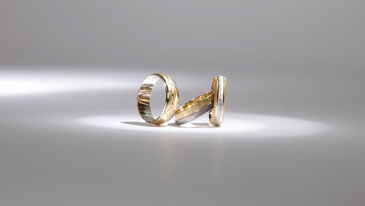 Some more gold wedding rings, different but wearable. Alianzas de boda, diferentes pero con el aspecto de siempre.