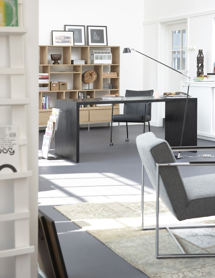Het bureau Office in zwarte beits. Mooie strakke uitstraling en perfect gecombineerd met een mooie eikenhouten boekenkast.