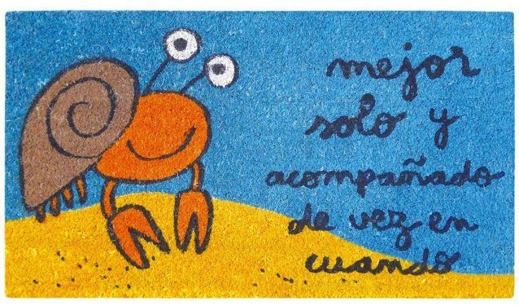 Felpudo Mejor solo y acompañado de vez en cuando. Un felpudo original y muy colorido perfecto para regalar. Con diseño de Anna Llenas, y lo tenemos en Decocuit, regalos y decoración en Burgos y también en www.decocuit.com.