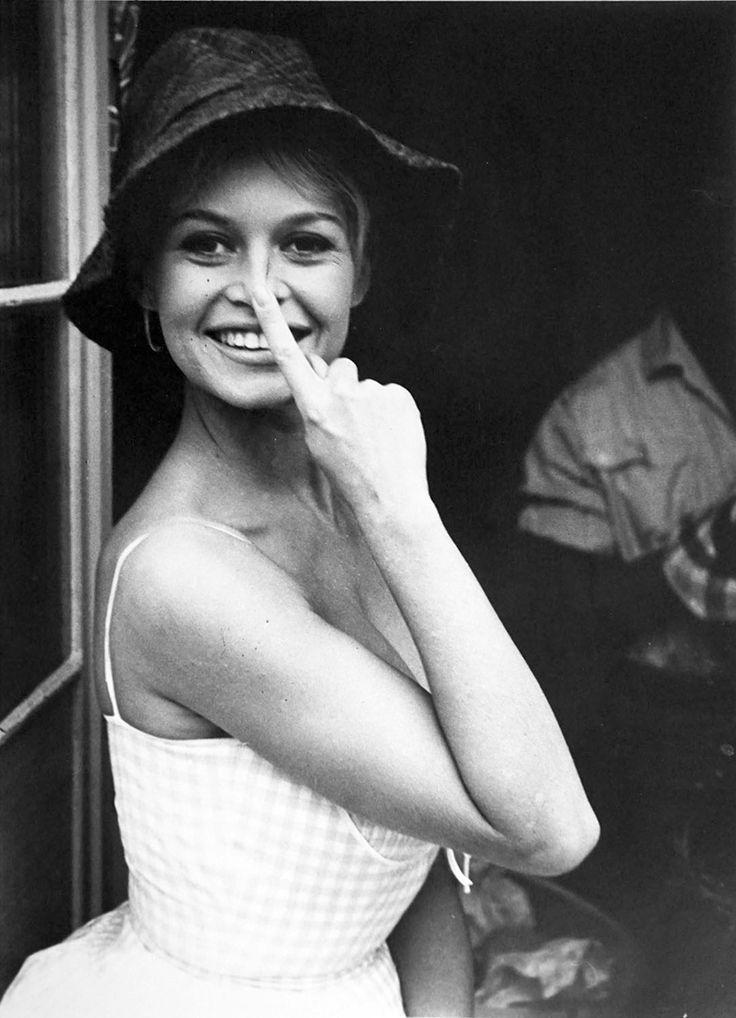 les plus belles photos de Brigitte Bardot.Brigitte Bardot avec son doigt sur le …