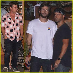Liam y Luke Hemsworth tomar la Cena con los Amigos Y la Familia