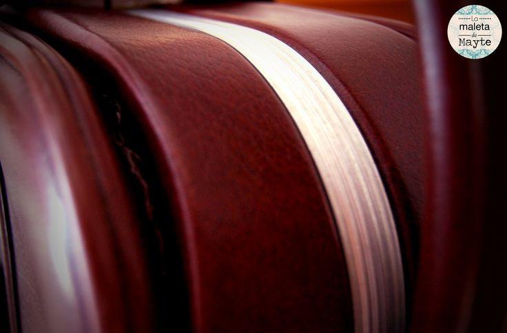 Maleta de cuero marrón encontrada en la basura y restaurada.