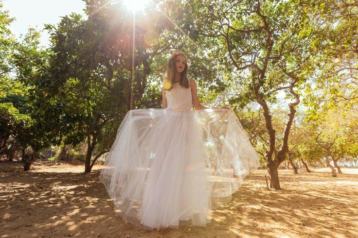♥♥ Prêt à expédier & prêt à porter ♥♥ Caractéristiques: Objet fait main Taille---buste---taille---hanches Petit---84---64---112 C «M Moyenne---88---68---116 C «M Grand---92---72---120 C «M L'élégance et le style à la main peuvent être le vôtre avec cette robe de mariée à la main! Vous pouvez vous assurer que votre robe est unique en son genre en achetant l'un de nos modèles. Ce style de robe est parfait pour la danse à la lumière du soleil avec une jupe pure extérieure à tour...
