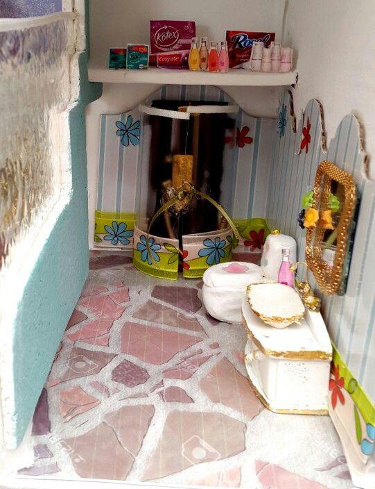 Baño casa de muñecas. Carton Martha B. Mendoza