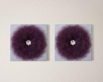 1-lavanda flor en lienzo blanco - a medida  NUEVA *** opción de adorno! Consulte la última foto! Opción #1: Plexiglás con perlas de cristal (sin cargo) Opción #2: Swarovski con perlas de Swarovski (extra $23 para 1 flor + actualización $6,50 al envío de la caja)   Decora cualquier pared y sala con estos dulces flores! Más colores disponibles, podemos aduana a su decoración!  Juego decorativo flor funda de almohada también disponible!  Esta es la perfecta decoración para habitación bebé…