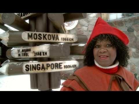 La star du disco Cherry Laine visite le Village du Père Noël à Rovaniemi