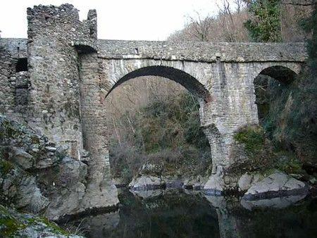 Le pont du diable sur la rivière Ariège, à Mercus, entre Foix et Tarascon