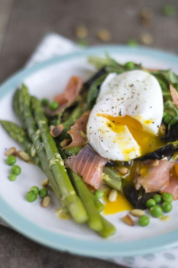 Salade gepocheerd ei en gerookte zalm
