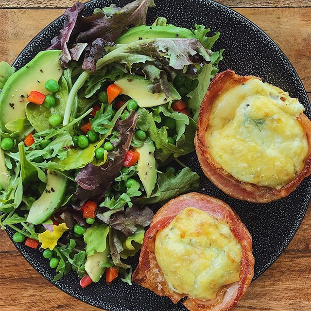 Kicking off Friday #breakfast with Texas-size bacon-wrapped egg muffins 😱 + mixed green salad with avocado, peas and bell pepper. I made the eggs a little creamier by tossing in some Greek yogurt when I was whisking them in a bowl. Topped each one off with a tablespoon of Parmesan. What's on your plate this AM?! Get the recipe for bacon-wrapped muffins on FitMenCook.com and in FMC Apps. Boom. (traducción abajo) --- Iniciando mi día con un #desayuno muy rico - muffins de huevos revueltos…