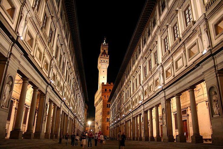 La Galería Uffizi es un palacio de Florencia que contiene una de las más antiguas y famosas colecciones de arte del mundo. La construcción del palacio de los Uffizi fue comenzada en 1560 por Giorgio Vasari, siguiendo órdenes de Cosme I de Médicis.